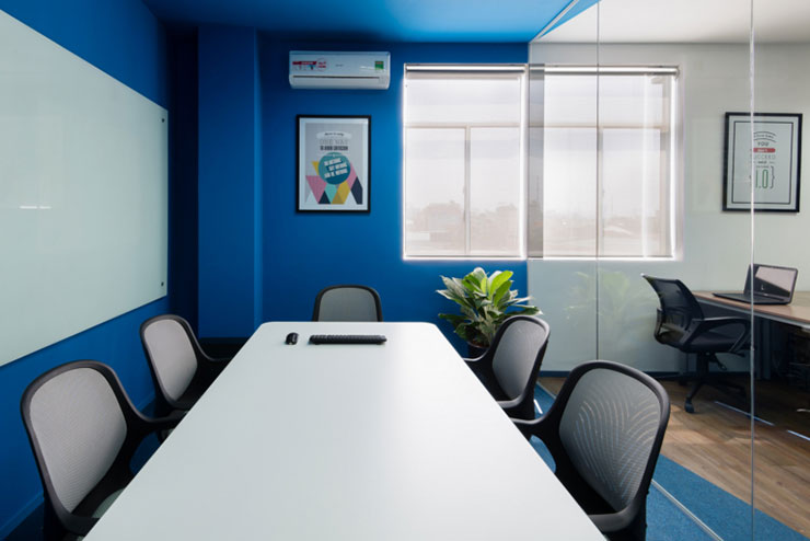 Không gian trong phòng họp cũng được bố trí khá đơn giản với tông màu xanh chủ đạo đem đến sự mát mẻ, đẹp mắt