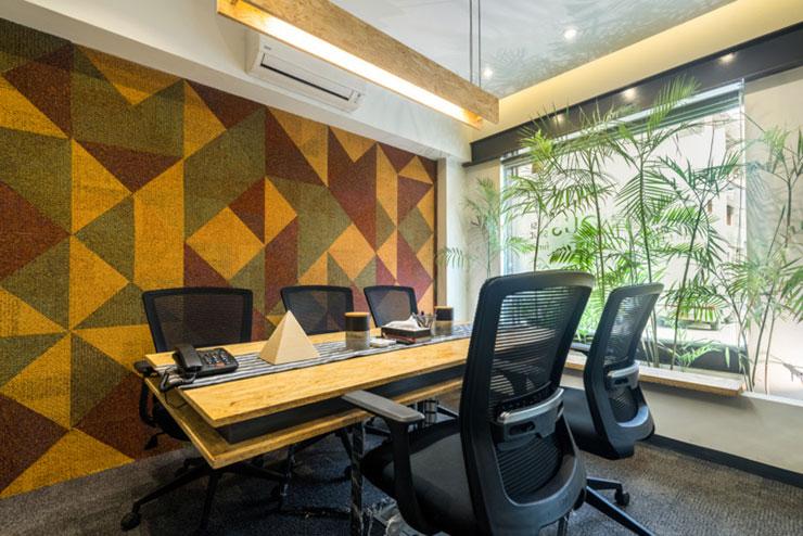 Khu vực họp được thiết kế rộng rãi có sự kết nối với thiên nhiên kết hợp cùng thảm tường với những hình khối trừu tượng