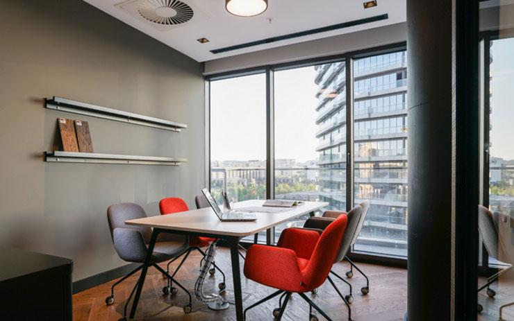Thiết kế hệ thống cửa kính lớn hướng về phía đường phố giúp mang lại ánh sáng và cảm giác thông thoáng cho phòng họp