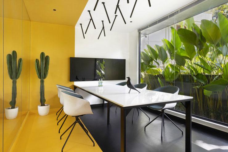 Phòng họp được pha trộn giữa các màu sắc đa dạng kết hợp với không gian xanh bên ngoài cửa kính tạo ra một khung cảnh tuyệt đẹp
