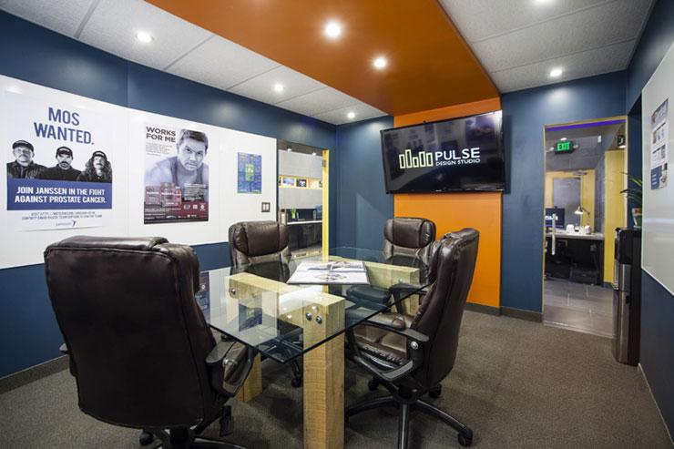 Phòng họp được thiết kế với 2 lối vào riêng biệt, trang trí bằng những bức ảnh sinh động và các mảng màu sắc thu hút.
