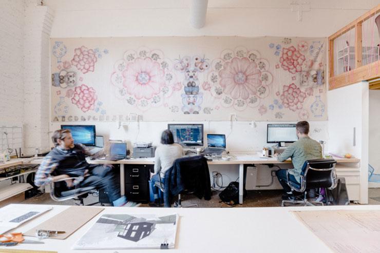 Tranh hoa treo tường được sử dụng làm điểm nhấn và giúp không gian phòng làm việc sinh động hơn