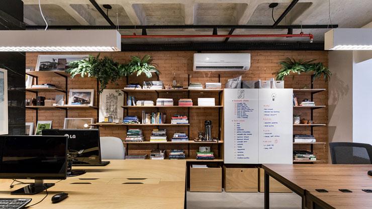 Kệ đựng tài liệu được bài trí khá đơn giản, gắn sát với tường để tiết kiệm diện tích văn phòng