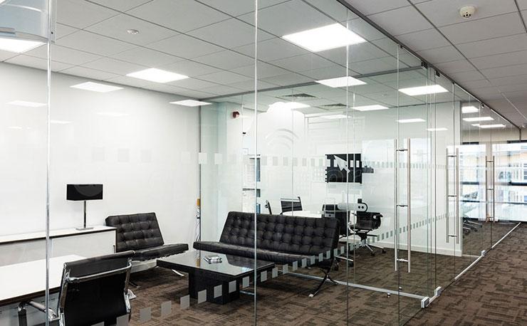 Lựa chọn vách kính để ngăn trong văn phòng khá phổ biến hiện nay