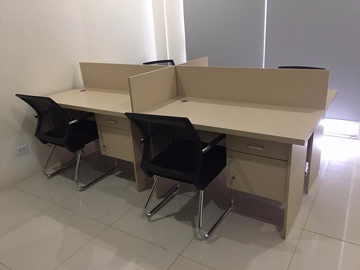Chọn lựa vách gỗ có màu trùng với màu của bàn làm việc để tạo sự đồng bộ