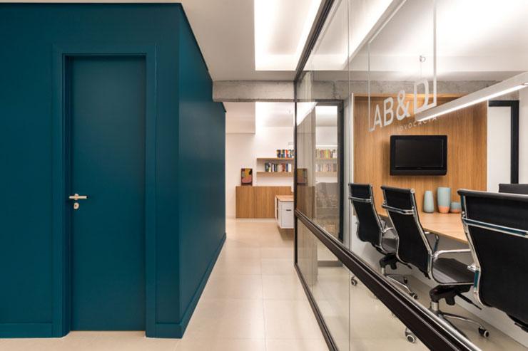 Do chỉ sở hữu một không gian nhỏ nên văn phòng chỉ chia làm hai khu vực cơ bản: Phòng họp và phòng làm việc chung
