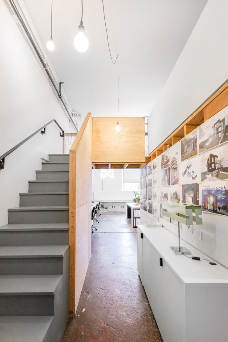 Không gian với tông màu trắng chủ đạo. Việc sử dụng các bức vách, kệ gỗ giúp tạo điểm nhấn và phân chia không gian về mặt thị giác
