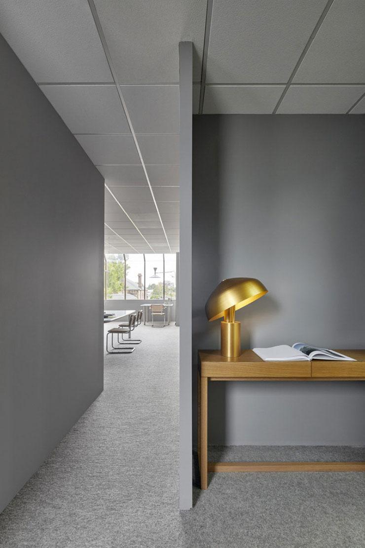 Tông màu chủ đạo của văn phòng màu xám ghi đem đến cảm giác gọn gàng và mở rộng văn phòng hơn hẳn