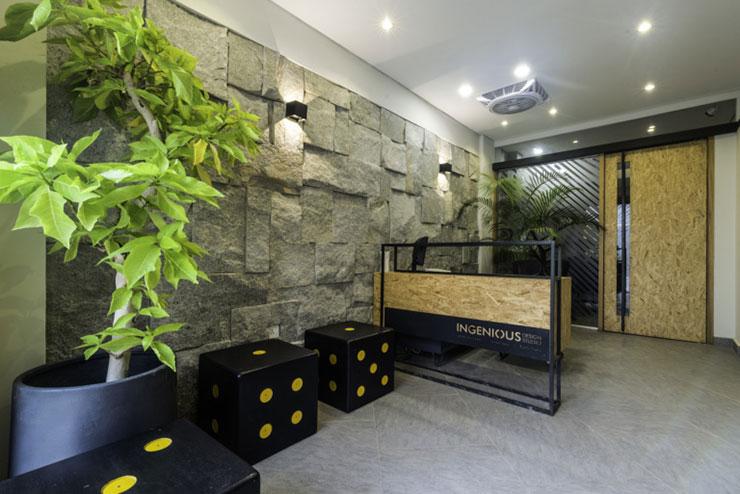 Khu vực tiếp tân sử dụng đồ nội thất hiện đại, ghế ngồi ốp đá, thiết kế như hình xúc xắc tạo nên không gian độc đáo, ấn tượng