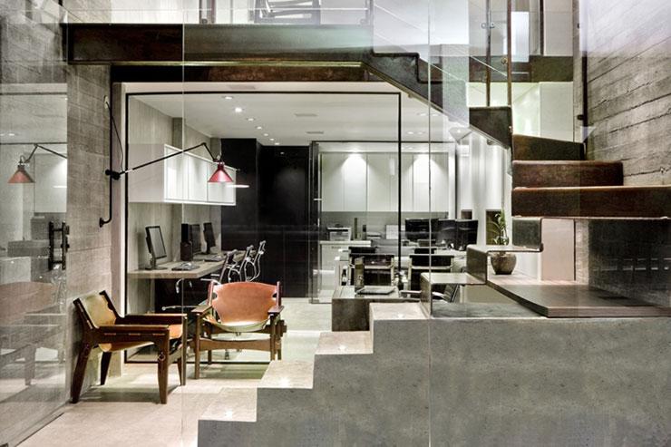 Văn phòng có phần mặt tiền kính đẹp từ trên xuống dưới. Cầu thang thép kết hợp với cầu thang bê tông tạo thành một điểm nhấn thiết kế thú vị