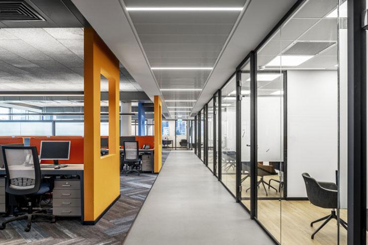 Các bức tường văn phòng được thiết kế theo kiểu mở với những màu sắc khác nhau đại diện cho từng bộ phận