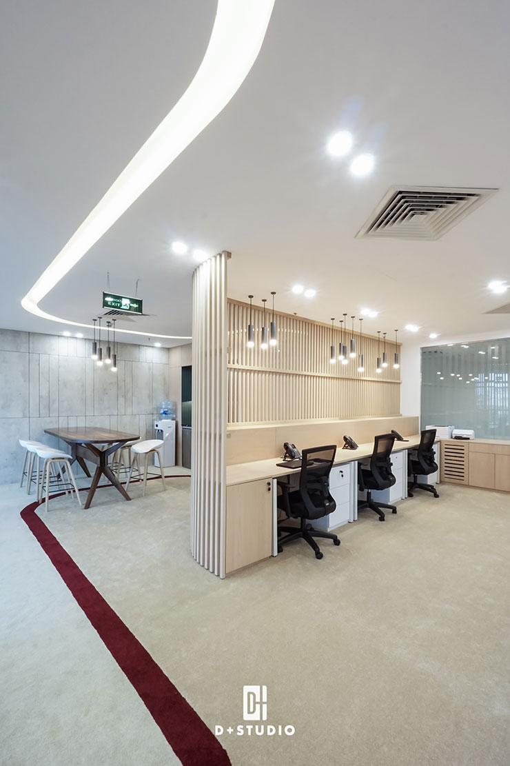 Đường dẫn màu trắng trên trần nhà có vai trò nối kết, đường dẫn màu đỏ đậm trên sàn thảm giúp tạo ấn tượng và hình ảnh mạnh mẽ cho không gian