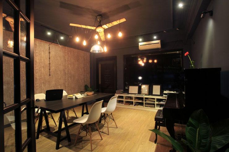 Văn phòng Catinat sử dụng tông màu ghi xám trung tính kết hợp với ánh sáng vàng từ hệ thống đèn trần mang đến sự tập trung và cảm giác ấm cúng
