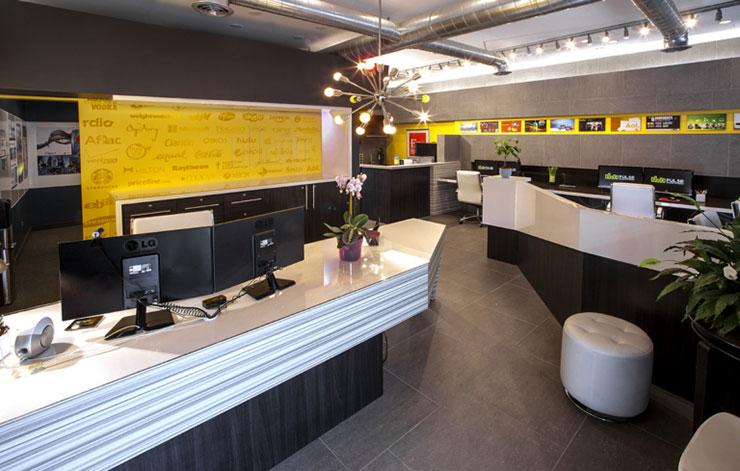 Mặc dù chỉ sở hữu không gian nhỏ nhưng thiết kế ấn tượng vẫn giúp tạo cảm giác không gian trong văn phòng trải dài ra