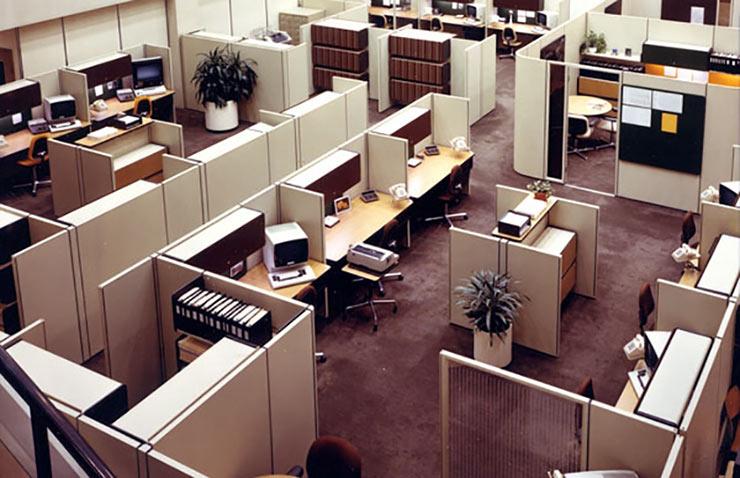 Sử dụng tủ hồ sơ, tài liệu để làm vách ngăn trong văn phòng sẽ giúp tiết kiệm diện tích cũng như tận dụng không gian tối đa
