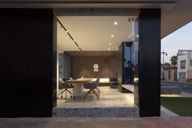 Việc sử dụng các vật liệu cao cấp đa dạng màu sắc mang lại vẻ đẹp sang trọng, ấm áp cho không gian làm việc tại văn phòng