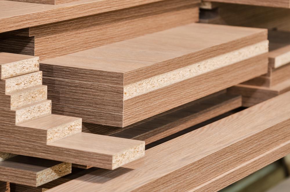 Cốt gỗ công nghiệp MDF với bột gỗ được xay mịn và ép chặt với mật độ sợi gỗ cao.
