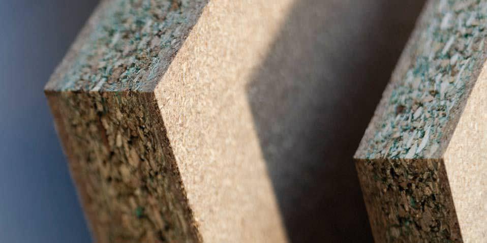 Loại gỗ công nghiệp MFC chống ẩm có cốt gồm dăm gỗ chống ẩm (xanh) xen lẫn với dăm gỗ thường ở mật độ thấp, khả năng chống nước không cao lắm