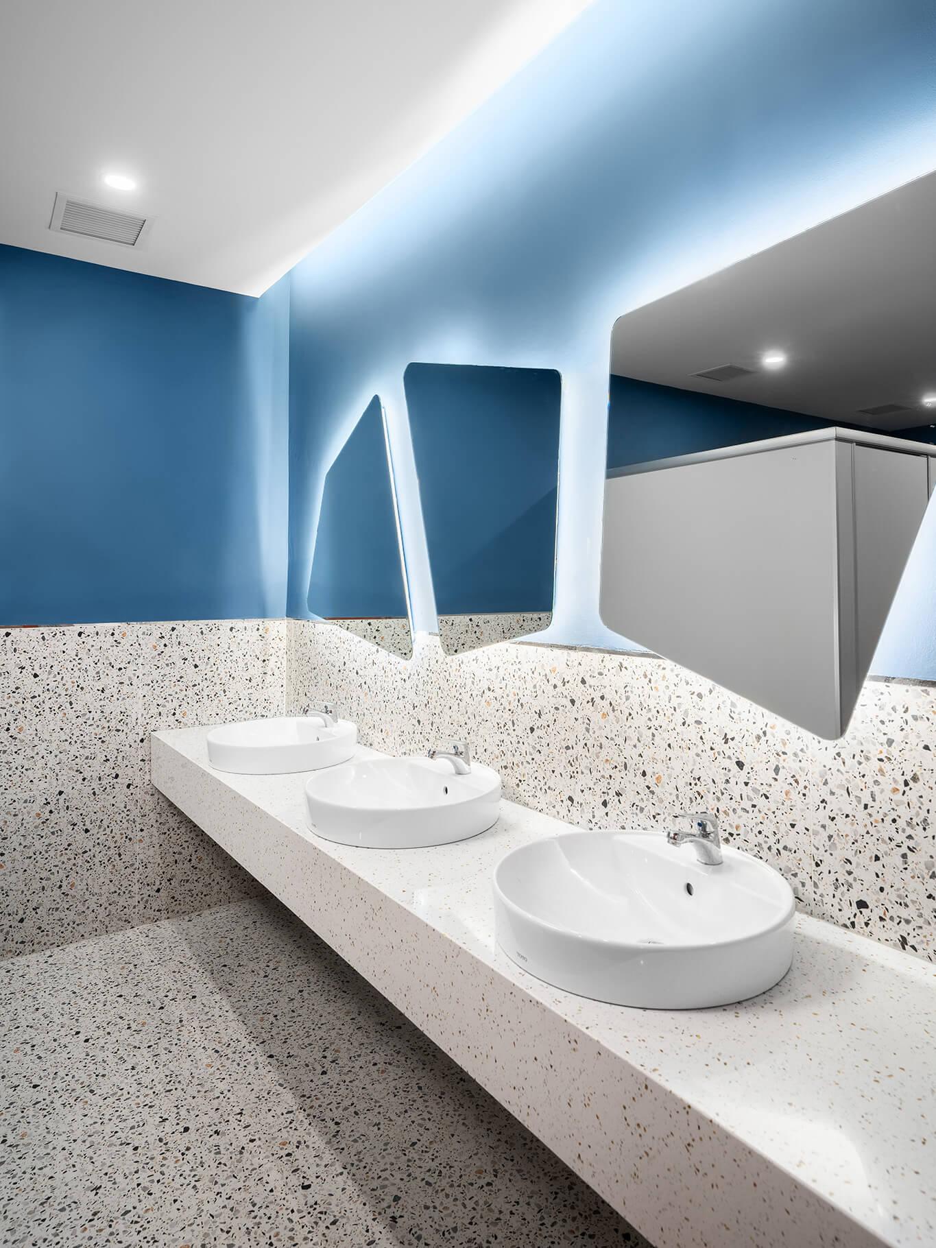 Nhà vệ sinh nam dự án HighCommerce