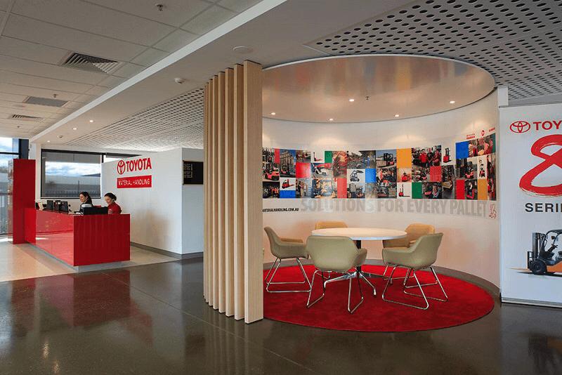 Màu đỏ được sử dụng là màu chủ đạo tại văn phòng Toyota