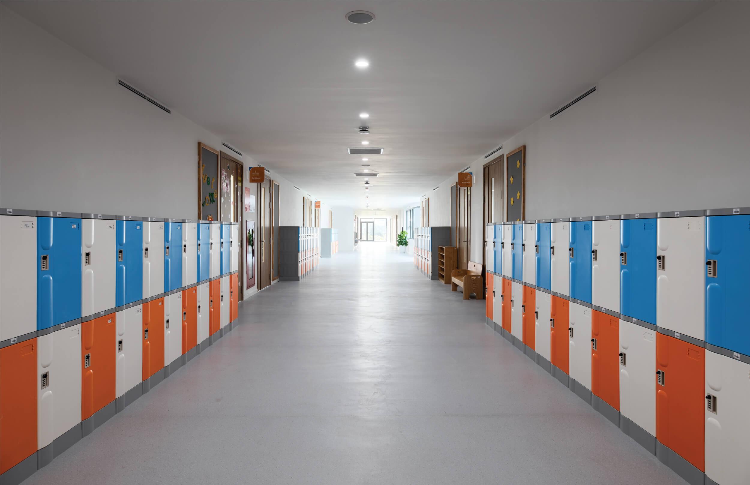 hành lang - The Dewey Schools 03