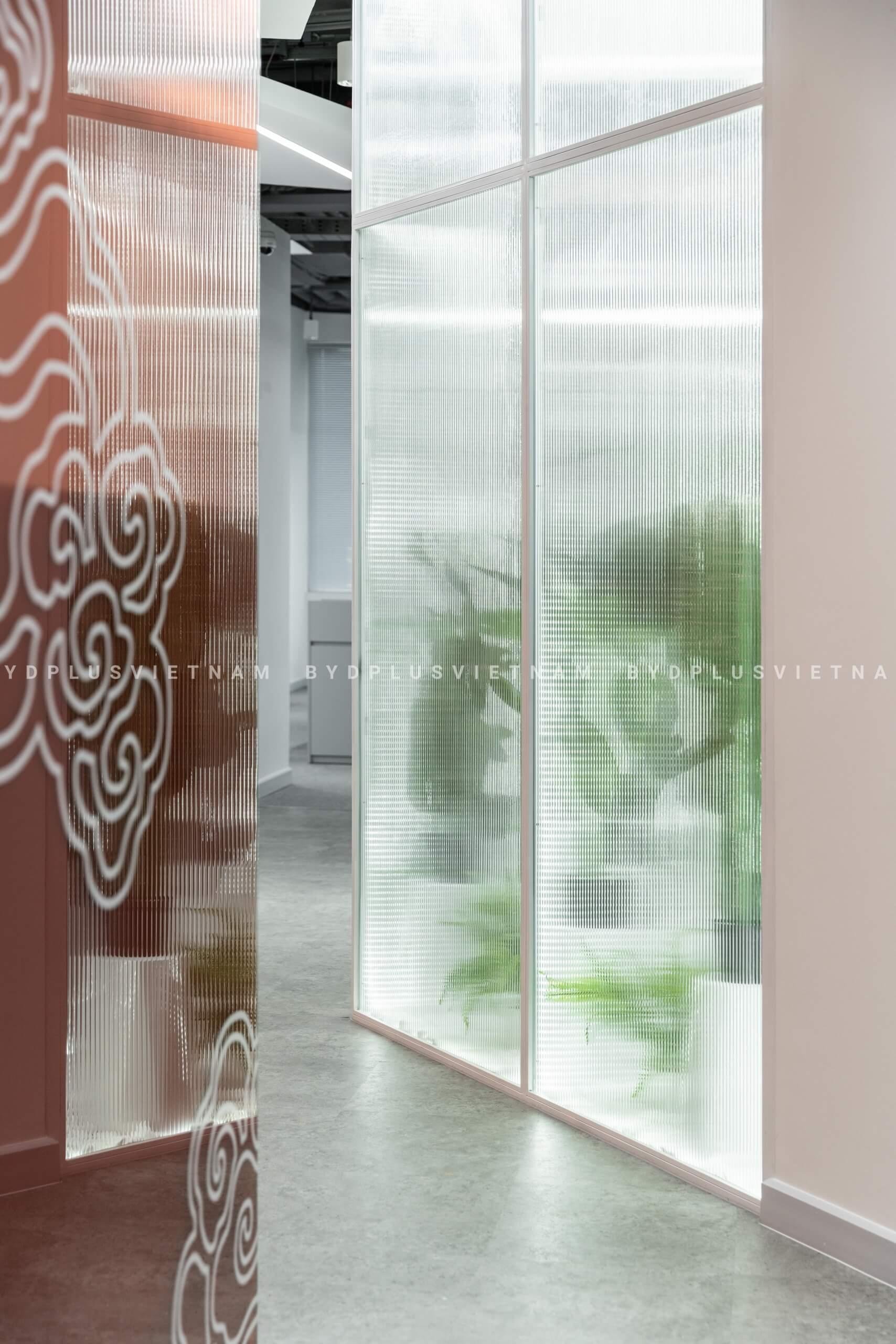 HighCommerce dùng box kính sọc vừa để trang trí, vừa chia không gian một cách tương đối.