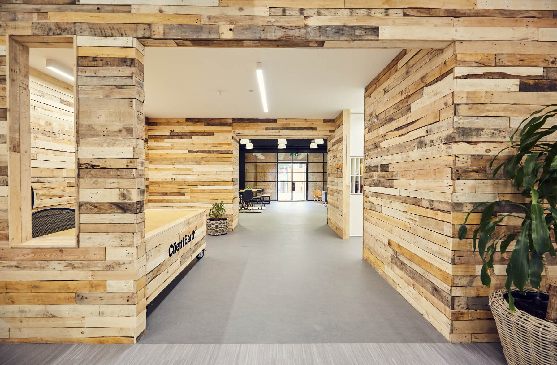Không gian Rustic ấn tượng từ màu nâu của gỗ, nội thất đơn sơ, thân thiện chắc chắn sẽ tạo ấn tượng và giảm bớt căng thẳng khi làm việc của nhân viên (Nguồn Internet)