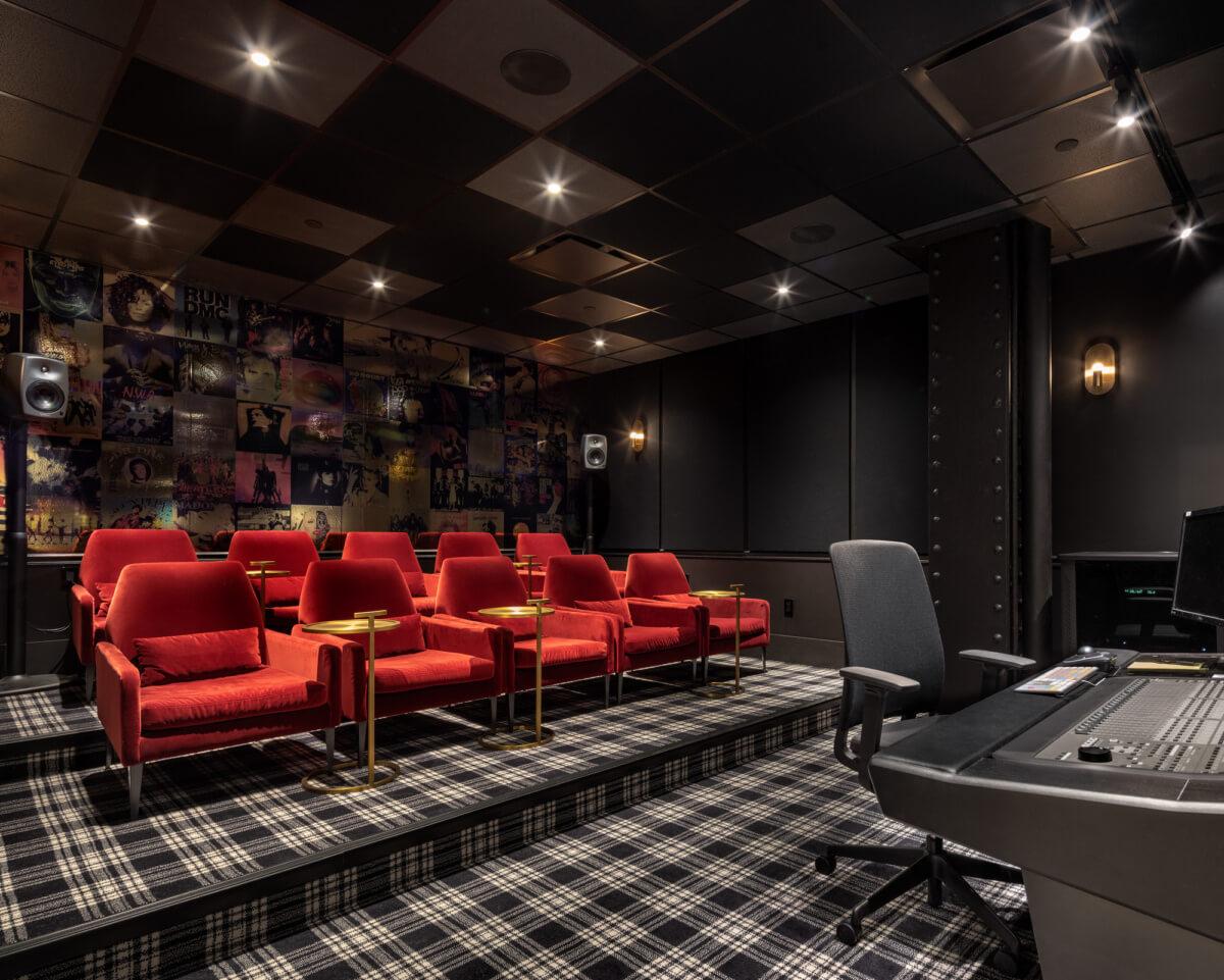 Không gian gây ấn tượng bởi họa tiết kẻ sọc đẹp mắt của thảm trải sàn kết hợp hài hòa với đồ nội thất có màu sắc nổi bật như đỏ, vàng, mang đặc trưng của phong cách thiết kế Retro - Matador Offices (New York, Mỹ)