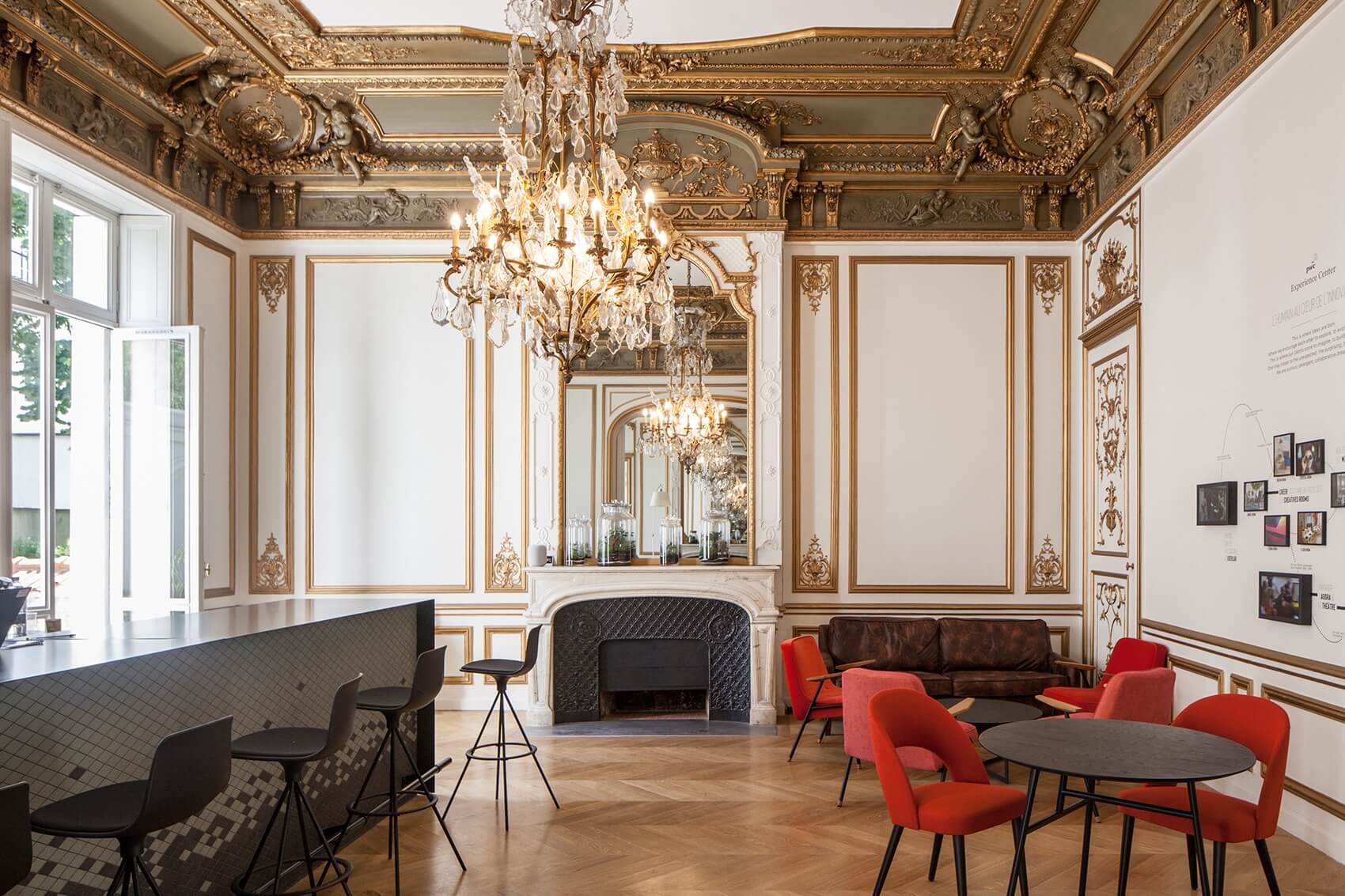 Trần nhà được chạm khắc tinh xảo trong phong cách thiết kế France